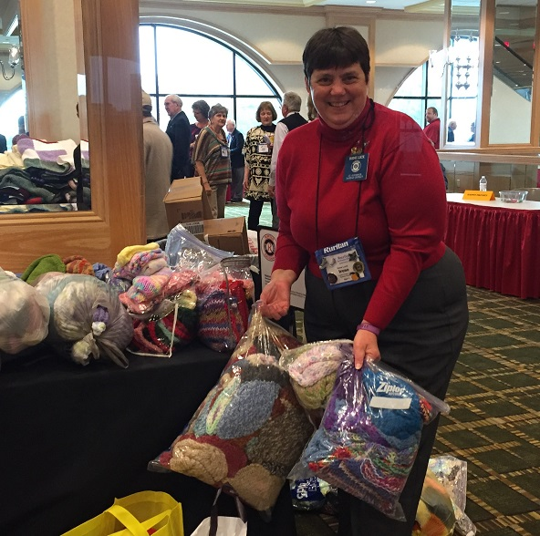 Irene Luck Delivers Chemo Caps to National Convention 2016 (photo Linda Bradshaw)